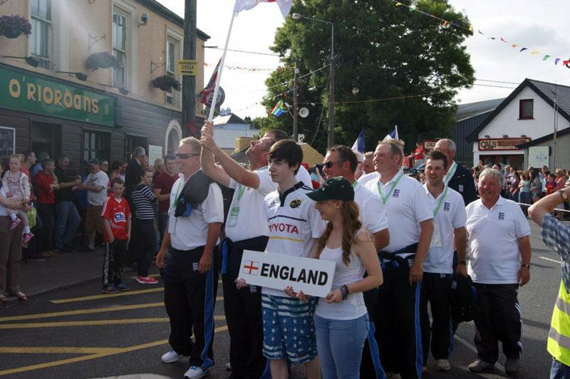 Сборная Англии держится очень уверенно. Фил Рингер размахивает национальным флагом.