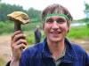 Алексей тем временем находит съедобный благородный гриб
