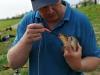 Сергей освобождает рыбу от крючка экстрактором