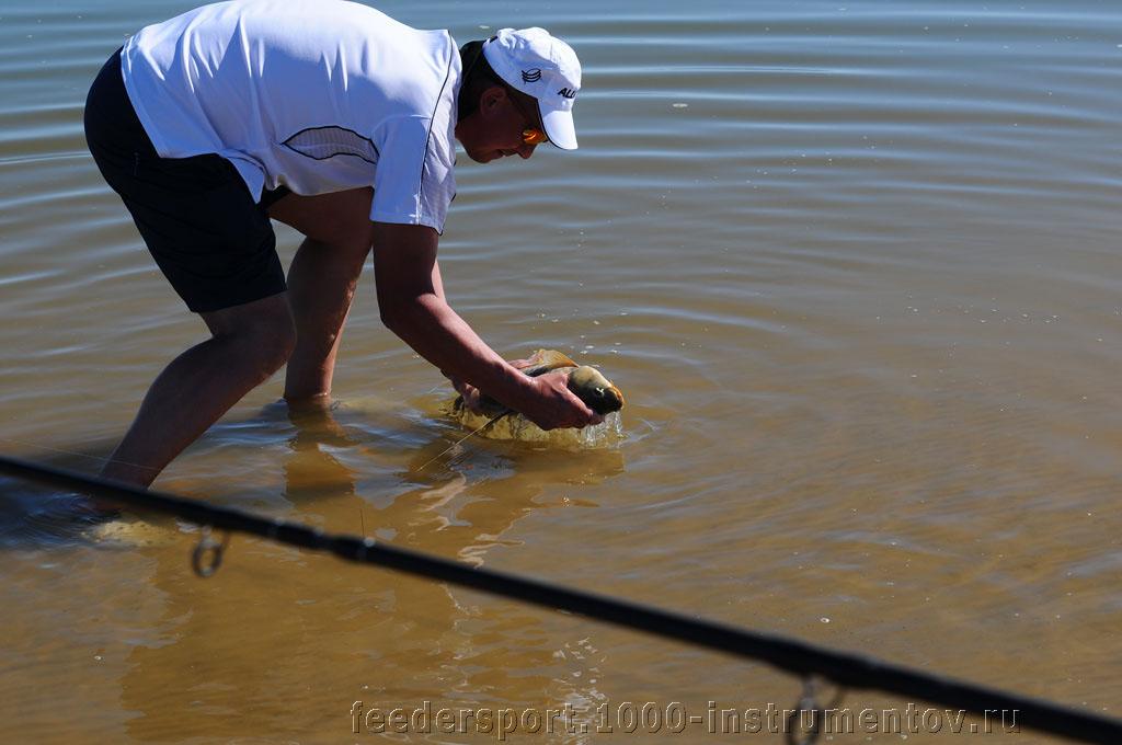 Главный тренер Александр Ланчиков принимает рыбу на ЧМ в ЮАР 2013