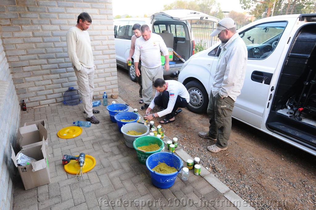 Замес прикормки перед первым туром соревнований на ЧМ в ЮАР 2013