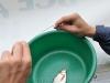 Ринат освобождает рыбу от крючка фото 5