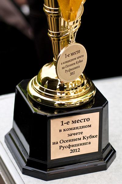 Кубок и медаль за первое место в командном зачете