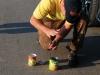 Игорь открывает банку с кукурузой на тренировке сборной России по фидеру