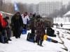 Спортсмены разносят рыболовное снаряжение по секторам