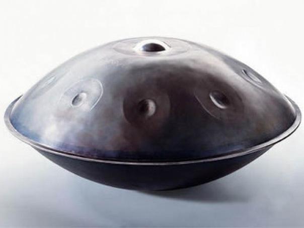 Музыкальный инструмент Hang Drum, похожий на летающую тарелку